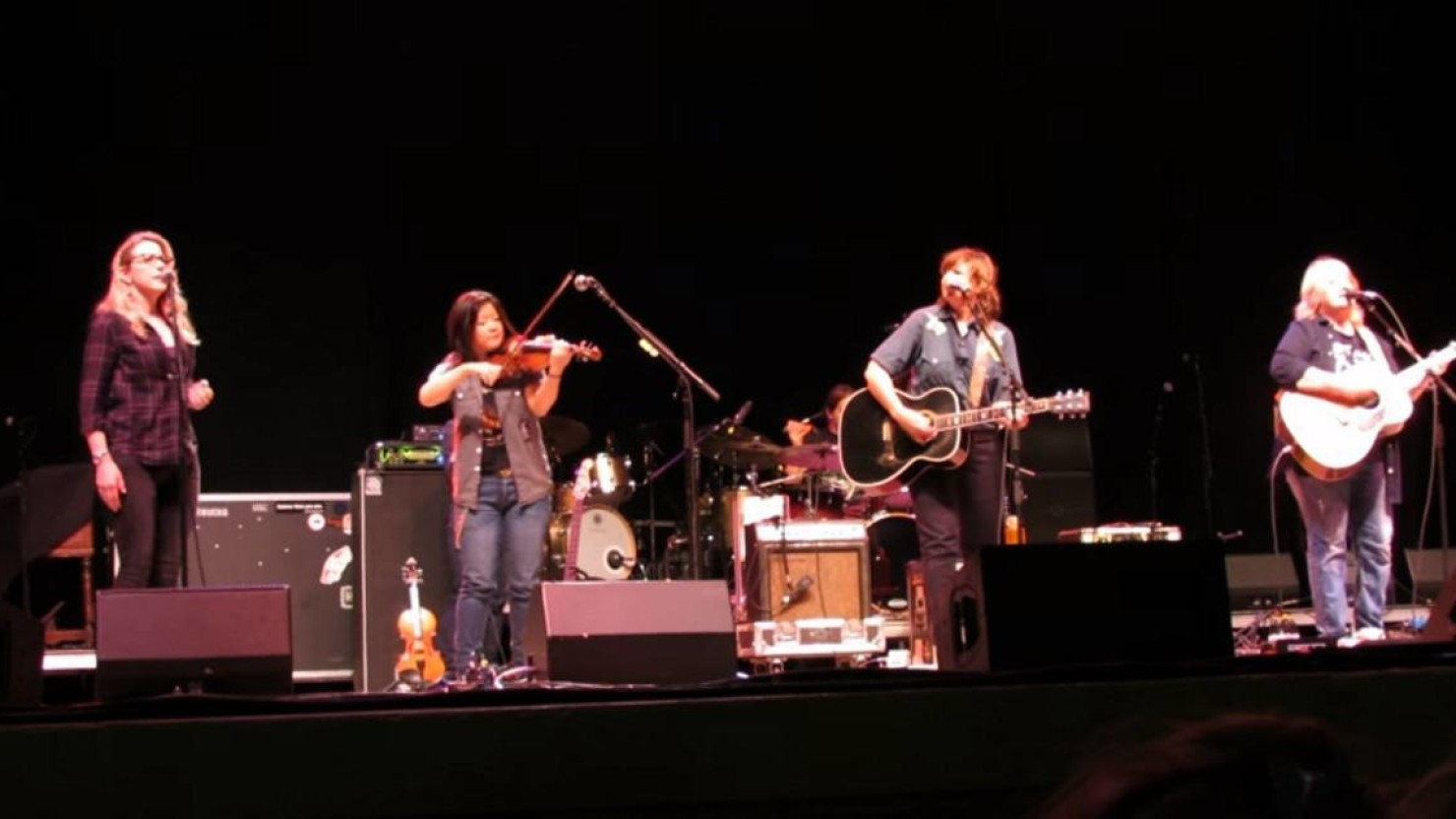 susan tedeschi guests with indigo girls on 39 closer to fine 39. Black Bedroom Furniture Sets. Home Design Ideas