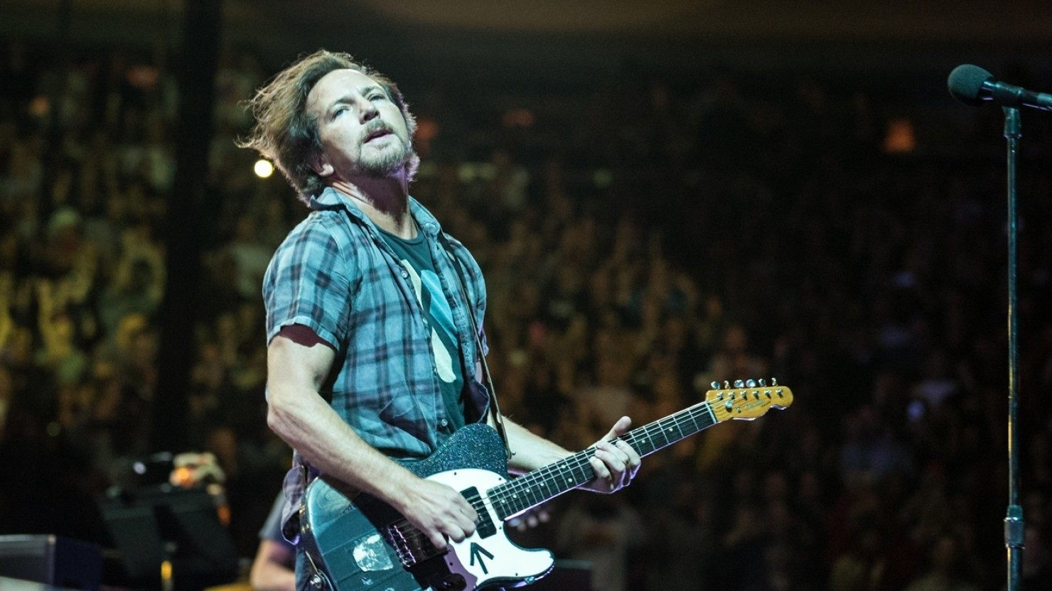 eddie vedder performs set of covers at beacon theatre in new york city. Black Bedroom Furniture Sets. Home Design Ideas